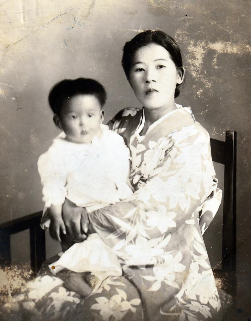 お母様に抱かれる慶子さん。二人一緒の写真はこの1枚だけ
