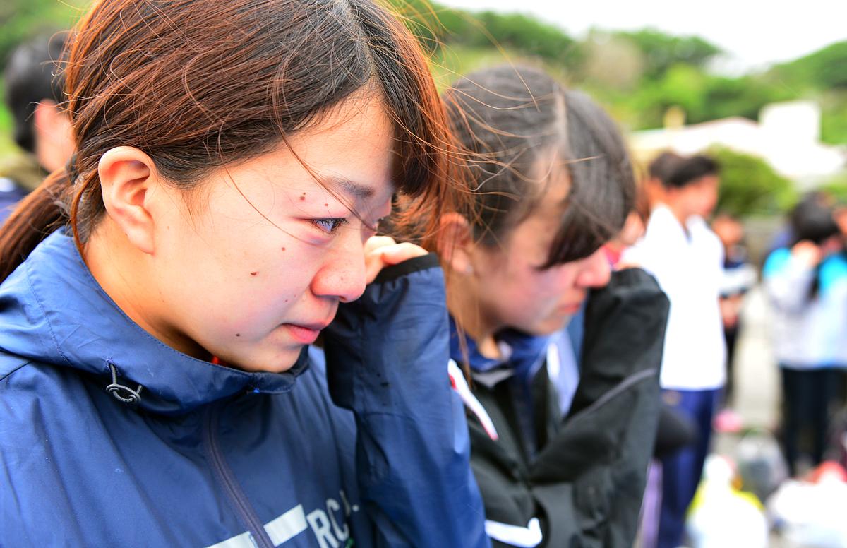 感極まって泣き出す女子学生