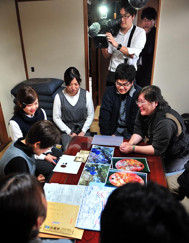 学生たちに頭を下げられる慶子さん(右)