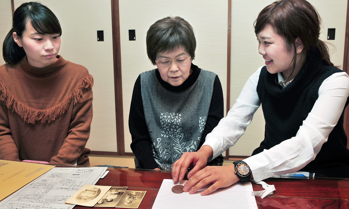 学生からメダルを手渡される西川慶子さん(中央)