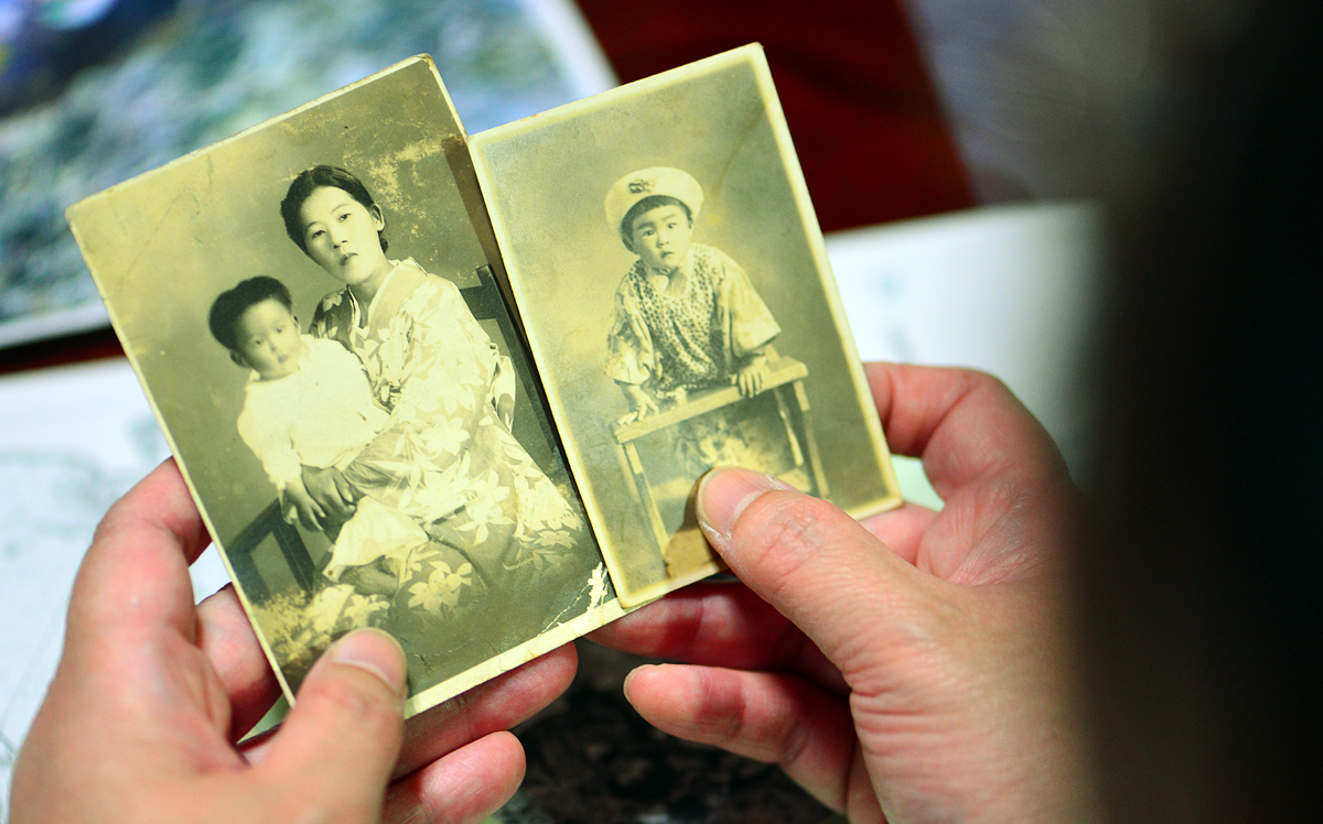 母タズ子さんに抱かれた慶子さんと幼少時の写真