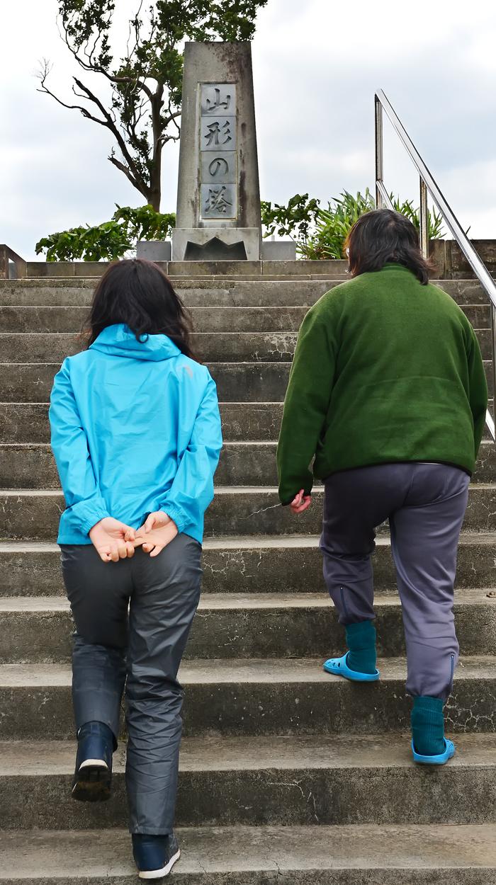 山形の塔へ参拝するNAOさんと律子