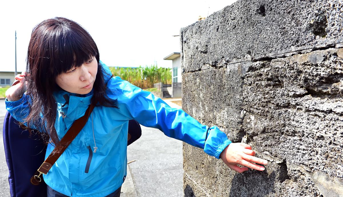 抉れた弾痕が残る石塀。激戦地の証