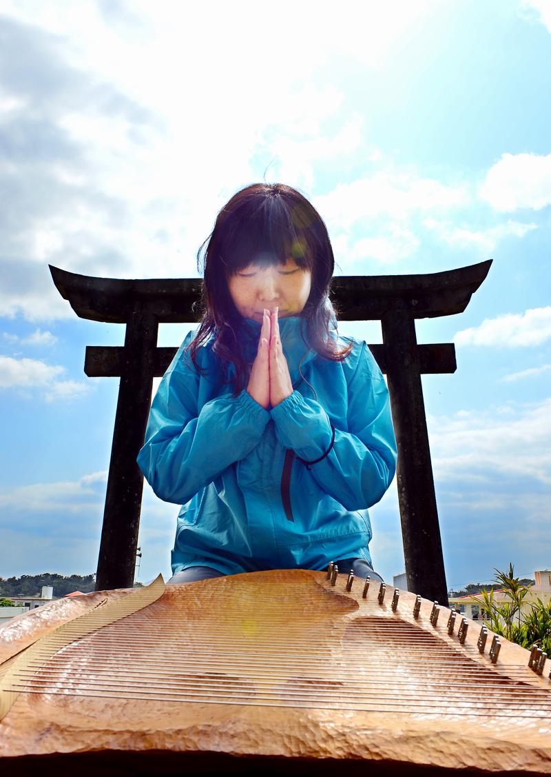 国吉神社の前で祈るNAOさん