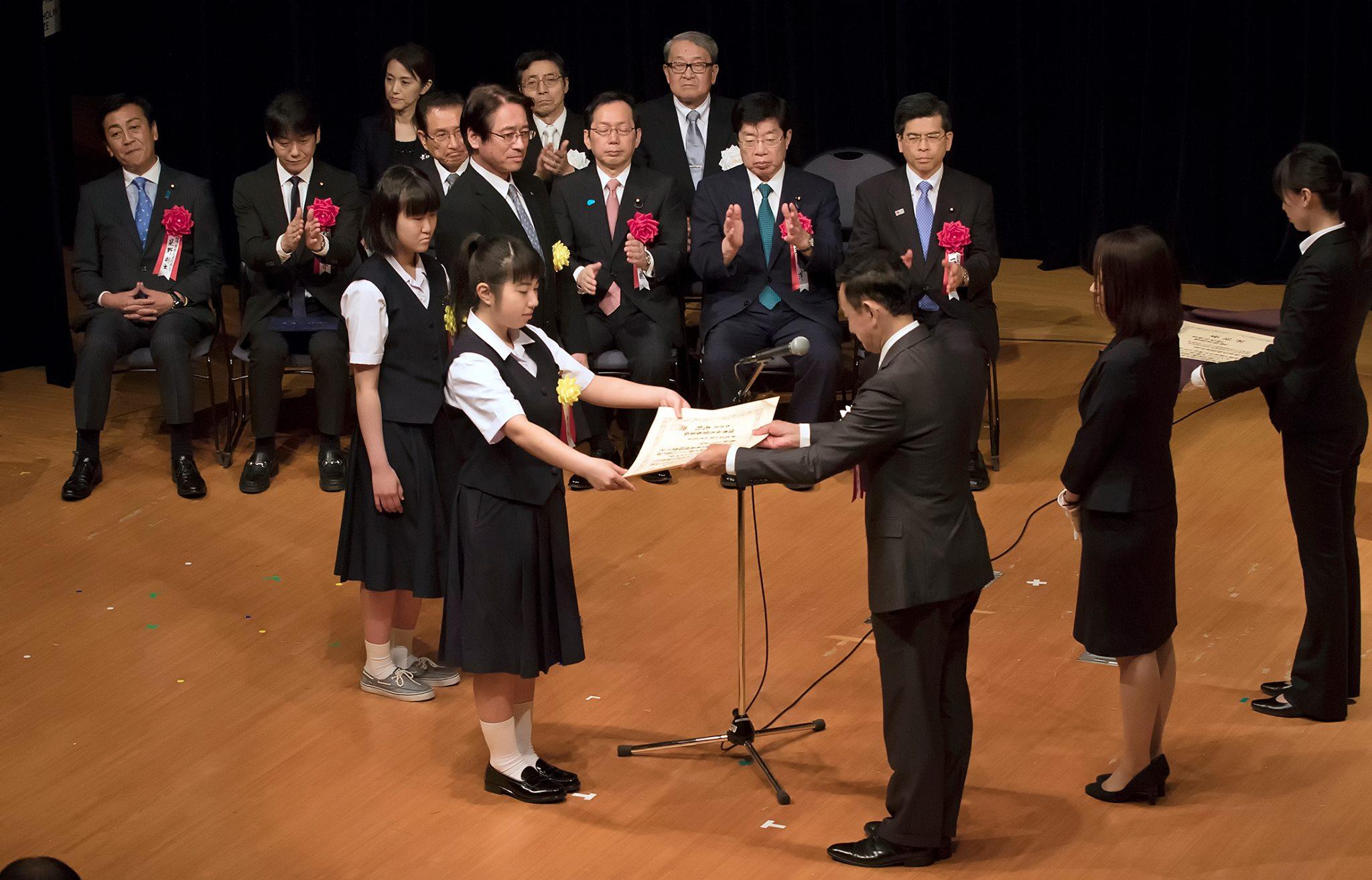 表彰状を受け取る原田葵さんと坂埼ちひろさん