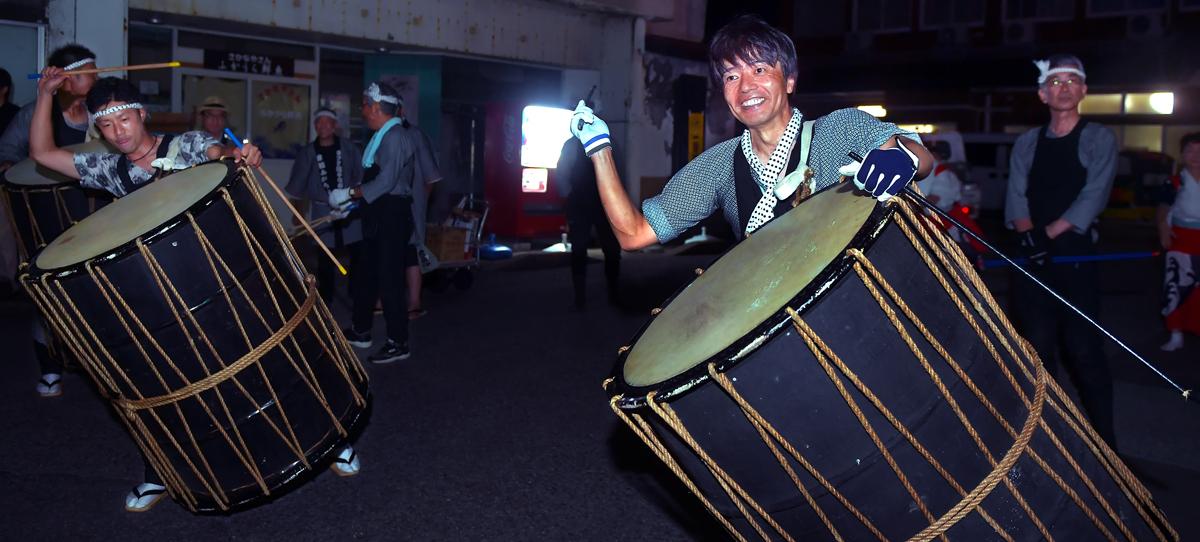 太鼓をたたく総合戦略課の松沢課長