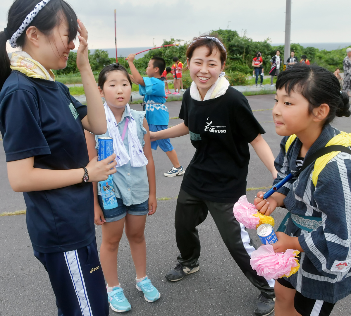 子供たちと仲良しになった女子学生