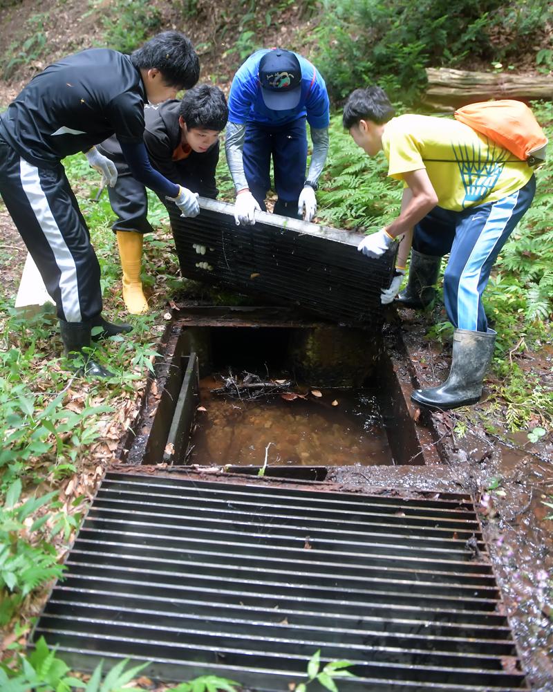 用水路の鉄製のふたを開ける