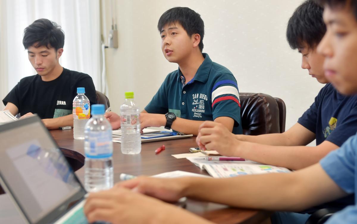 会議で発言する中尾慎吾くん(左から二人目)
