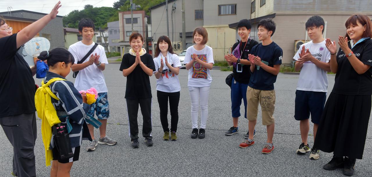 地区の小学生が学生の前で自己紹介